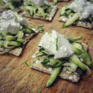 Tartine di zucchine, lime e robiola