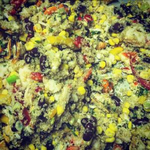 Insalata di pesce con quinoa e vinaigrette piccante