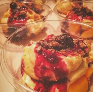 Dessert con crema pasticcera e yogurt greco