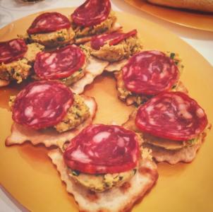 Crostino con hummus di ceci e salame piccante