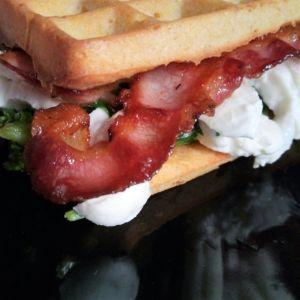 Manuela - Waffle alla farian di mais, cime di rapa,, bacon e burrata