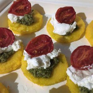 Lina - Tartine di polenta con pesto caprino e pomosorino confit