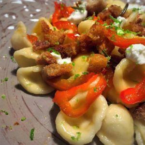 Orecchiette con peperoni, caprino e pane alle erbe