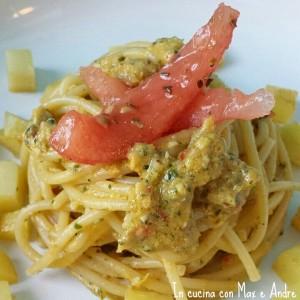Spaghetti con pesto agrumato, patate e pomodoro