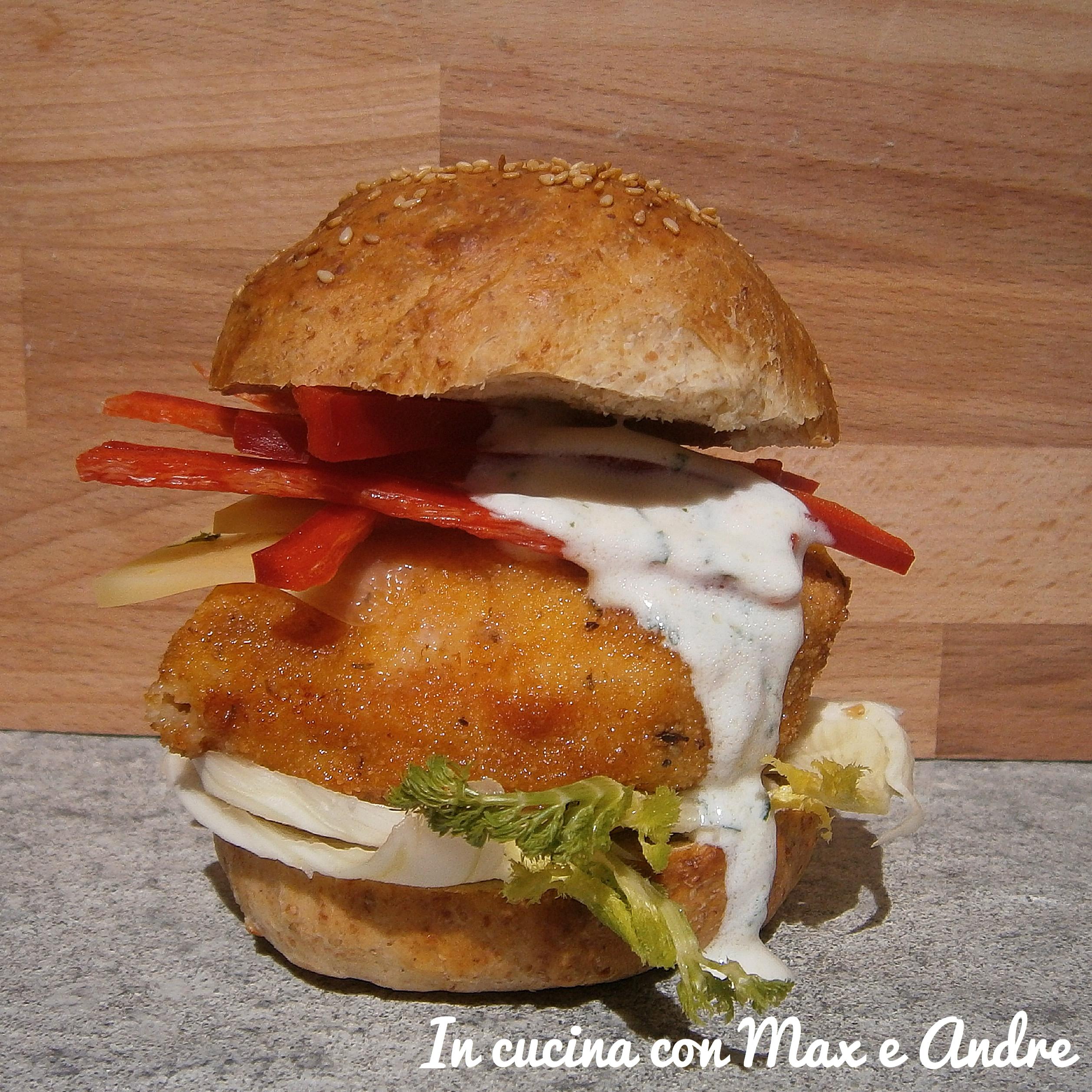 Hamburger con pollo croccante e cruditè di verdure e salsa al prezzemolo e lime