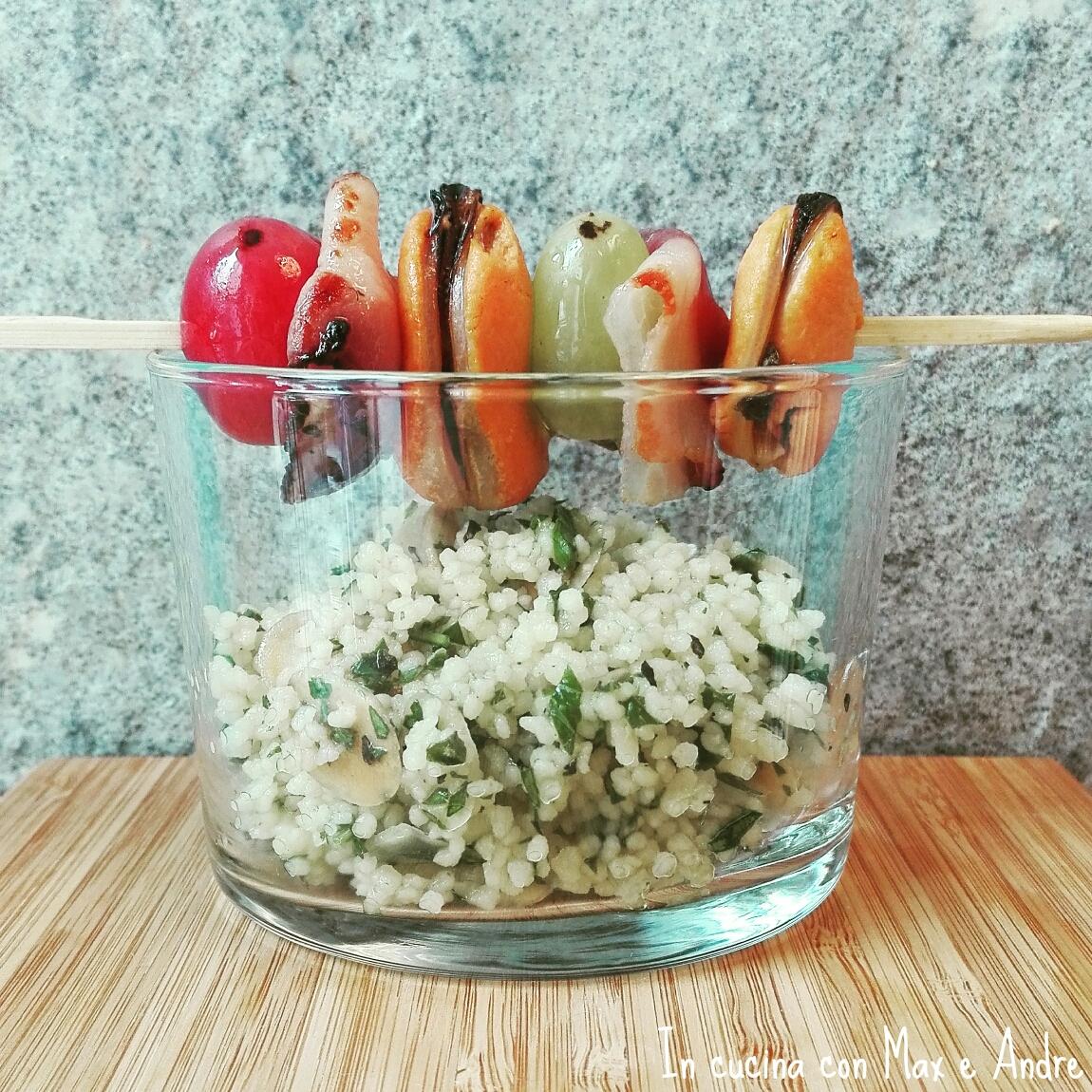 Spiedino di cozze bacon ed uva con  cuscus di erbe fresche e mandorle