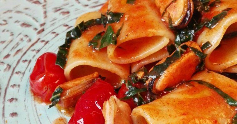 Paccheri con pomodoro, cavolo nero e cozze