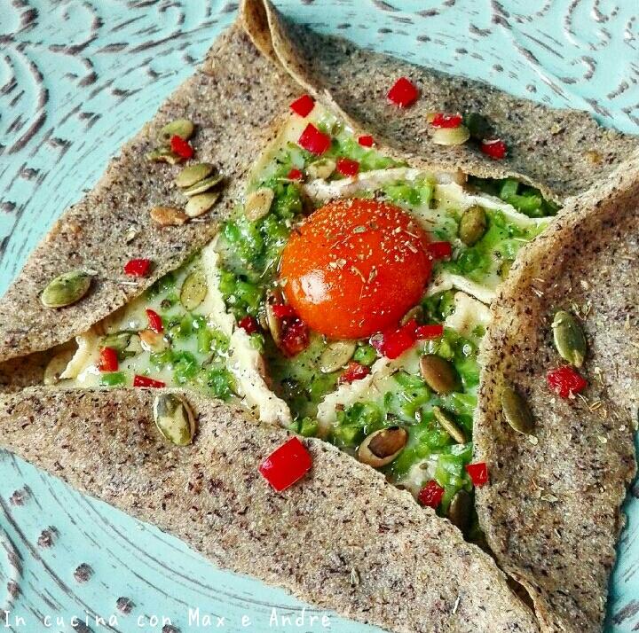 Galettes al grano saraceno, con camembert, fave e rosso d'uovo