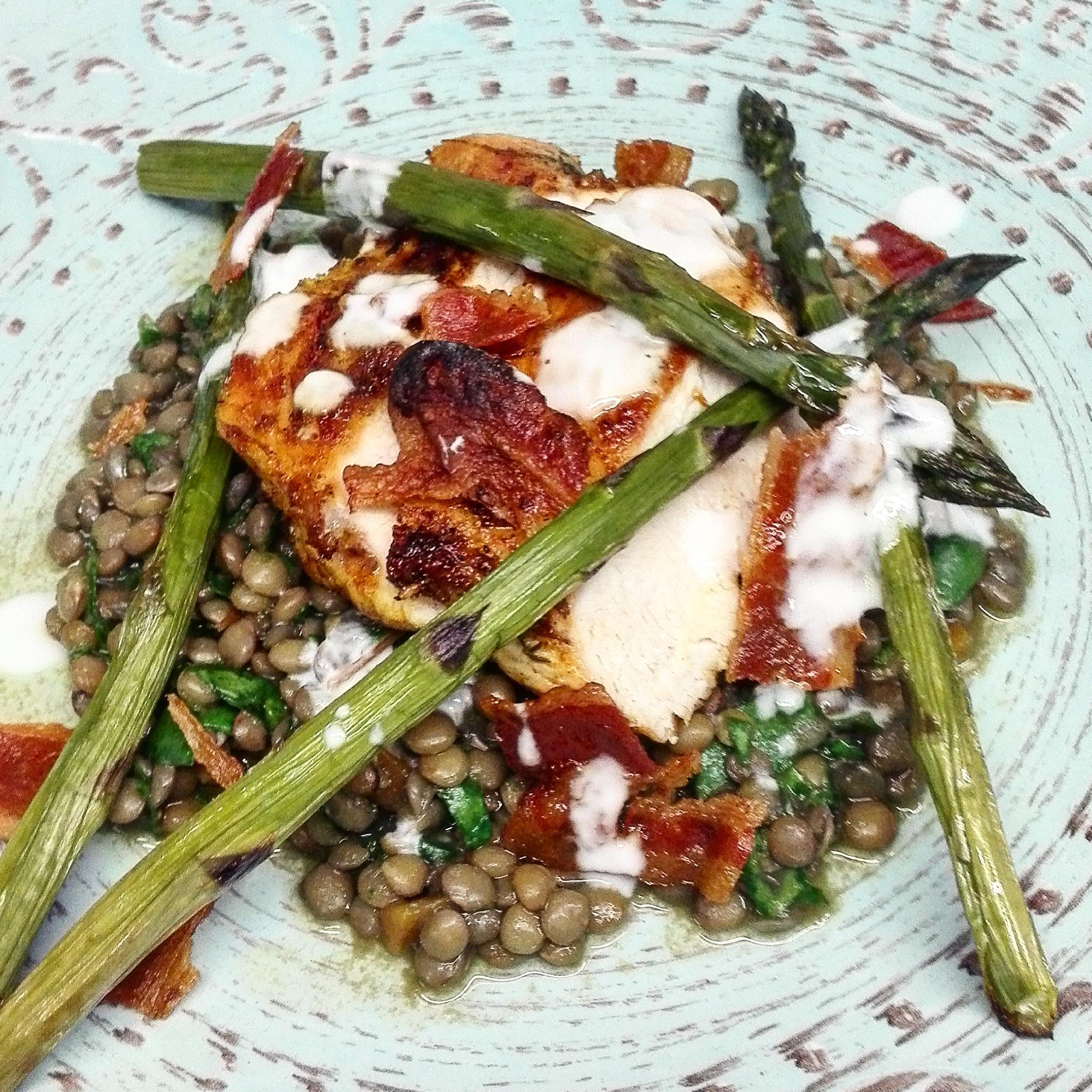 Pollo speziato, lenticchie asparagi e spinaci