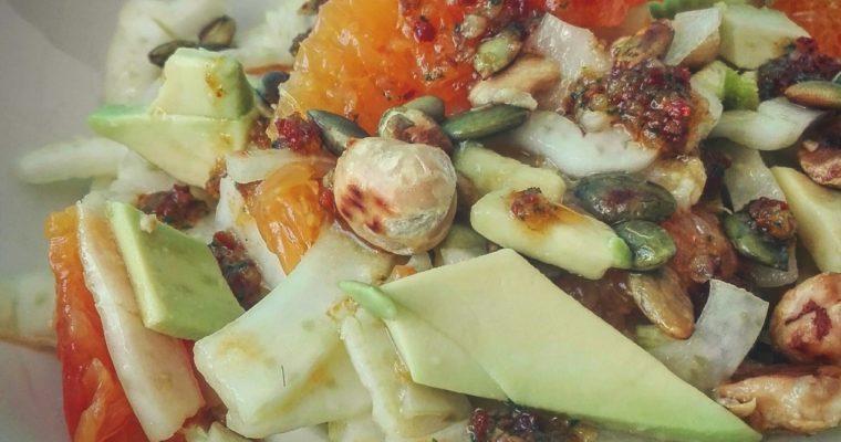 Insalata di finocchi, avocado, arancia e pesto di pomodoro secco