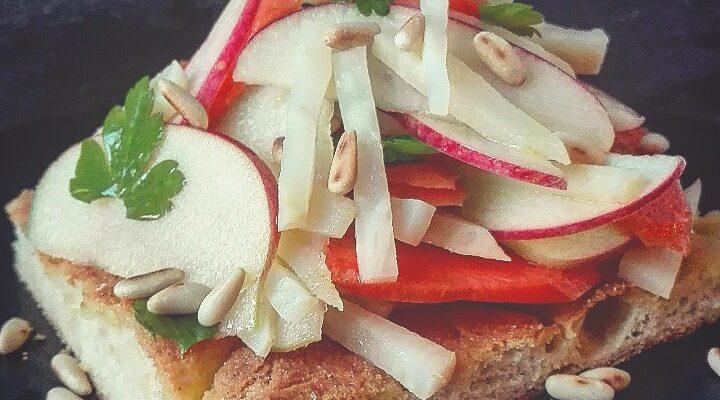 Schiacciata al Kamut con insalata di sedano rapa, carote e mele