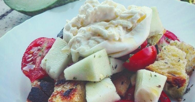 Insalata di cetriolo barattiere, pomodorini e pane speziato con burrata