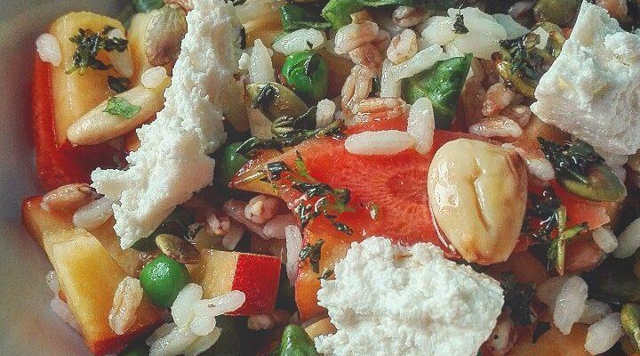 Insalata di riso e farro con verdure pesche e caprino