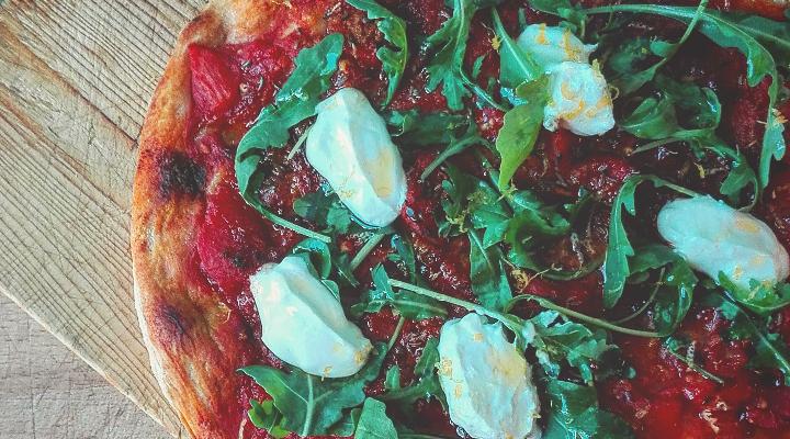 Pizza al pomodoro speziato yogurt e rucola