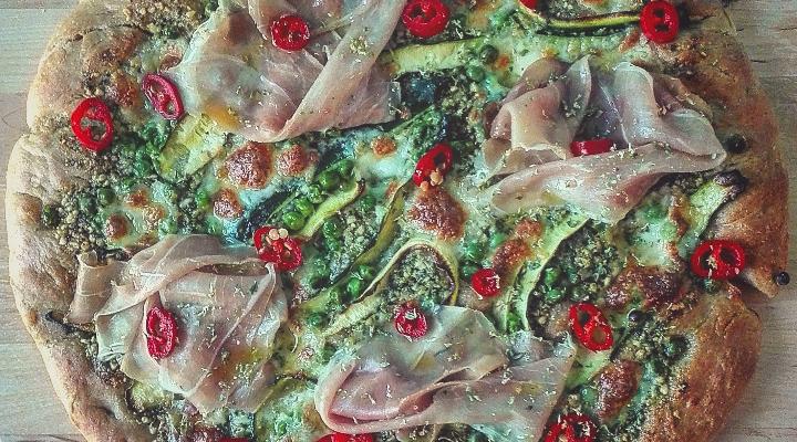 Pizza zucchine piselli crudo e pesto al basilico