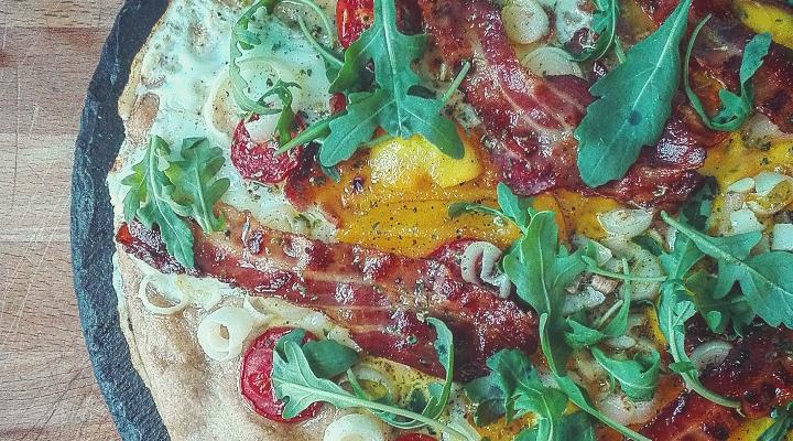 Pizza bacon uovo pomodorini cipollotto