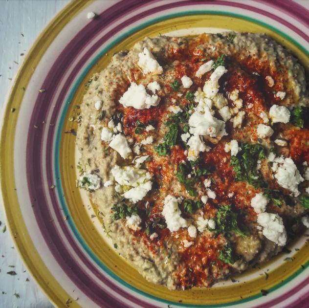Hummus di lenticchie con pane naan ai cereali
