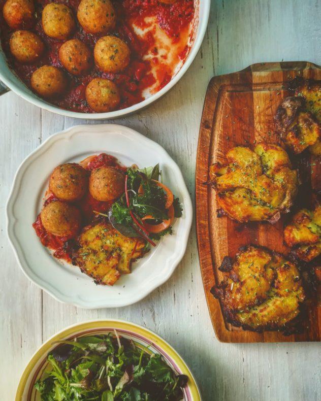 Pallotte di cacio e pane al sugo con patate schiacciate croccanti