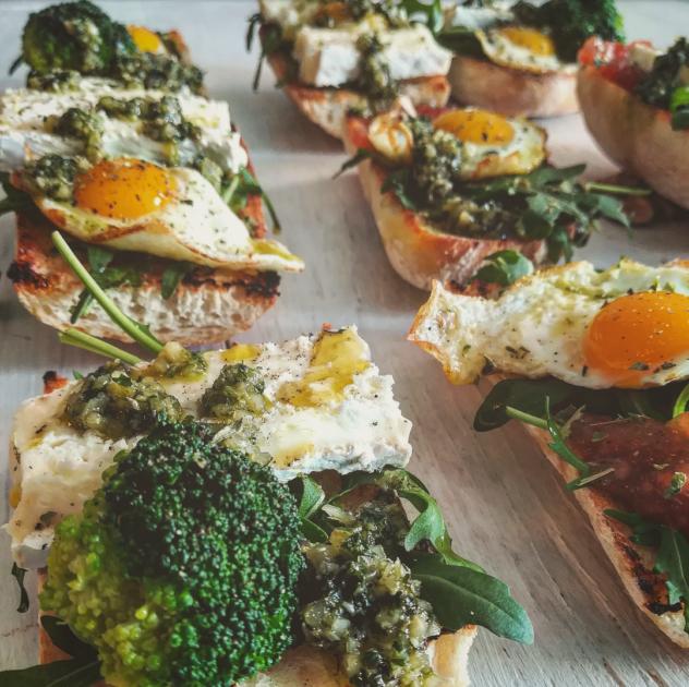 Bruschetta broccoli uova rucola brie arancia e basilico
