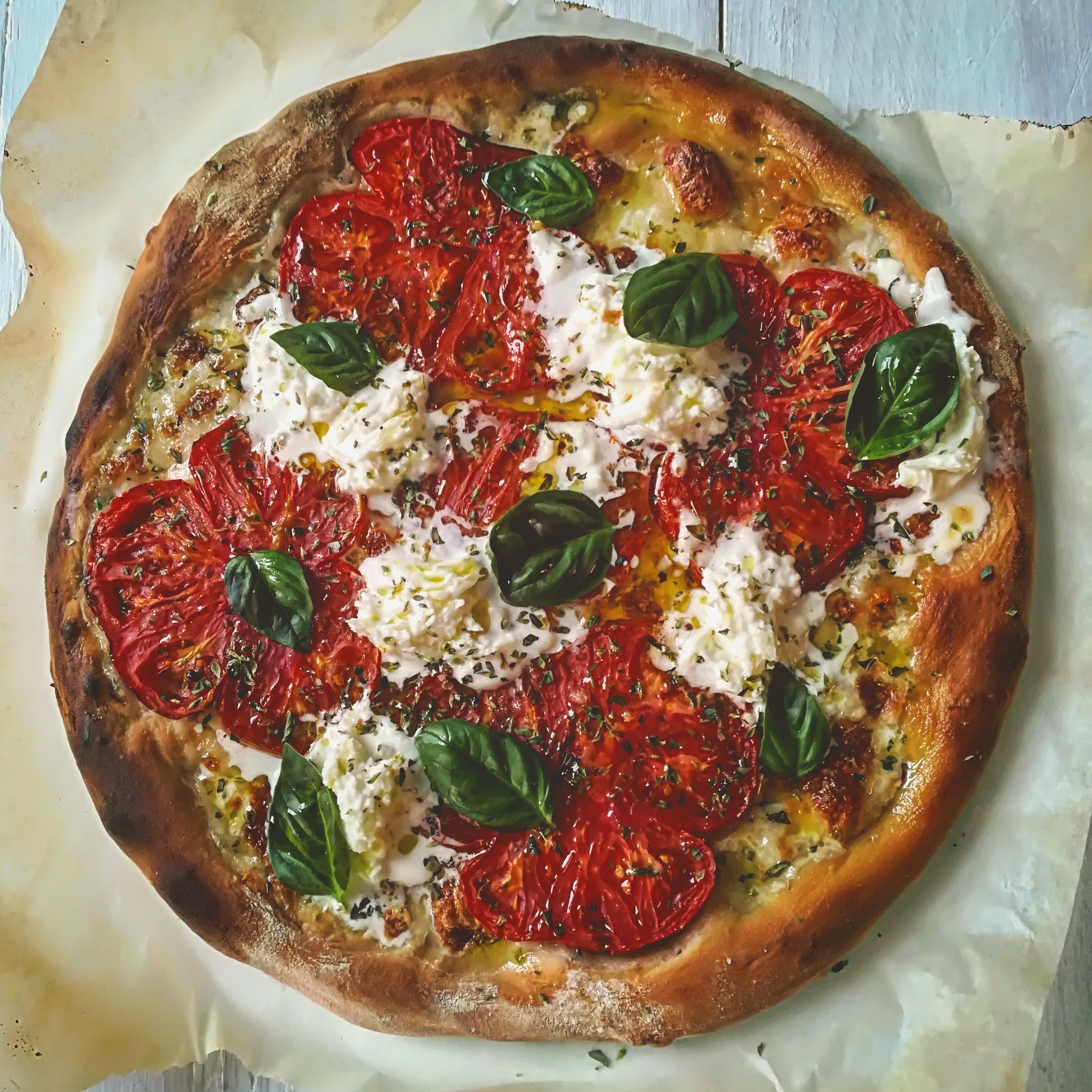 Pizza con farina integrale al pomodoro, bufala e basilico