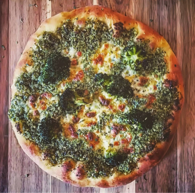 Pizza con pesto di broccoli, bufala e limone