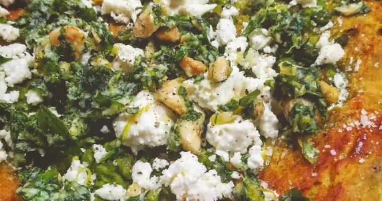 Focaccia al curry con piselli, pesto di rucola mandorle e limone e feta