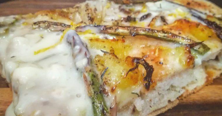 Pizza al farro farcita con asparagi, patate, finocchi, gorgonzola e scorza di limone