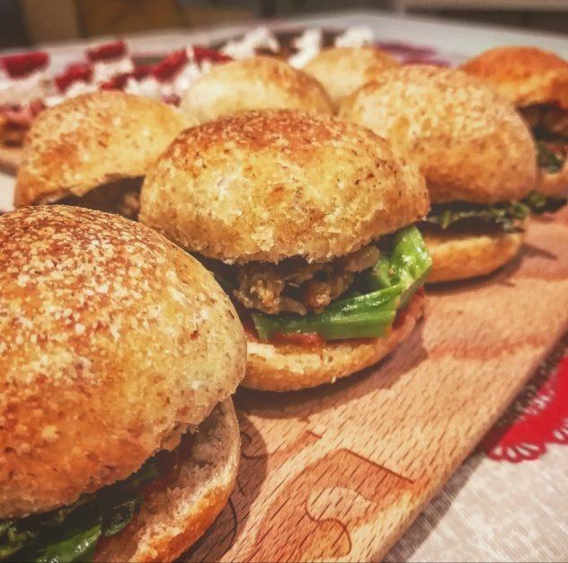 Mini Burger con cime di rapa, pomodoro e salsiccia