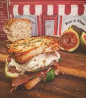 Mini club sandwich con crudo, zola, fichi