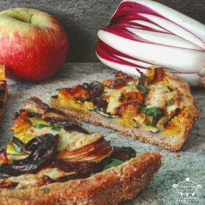 Torta salata al farro con radicchio, cacio e mele