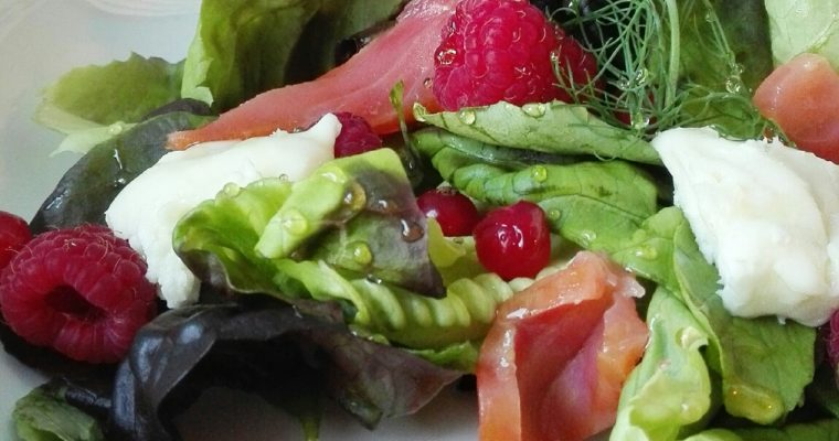 Insalata con salmone affumicato e frutti rossi