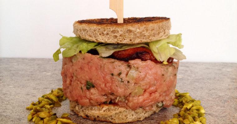 Mini sandwich con tartare di manzo e pomodoro candito