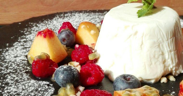 Semifreddo al cioccolato bianco e yogurt con frutta fresca