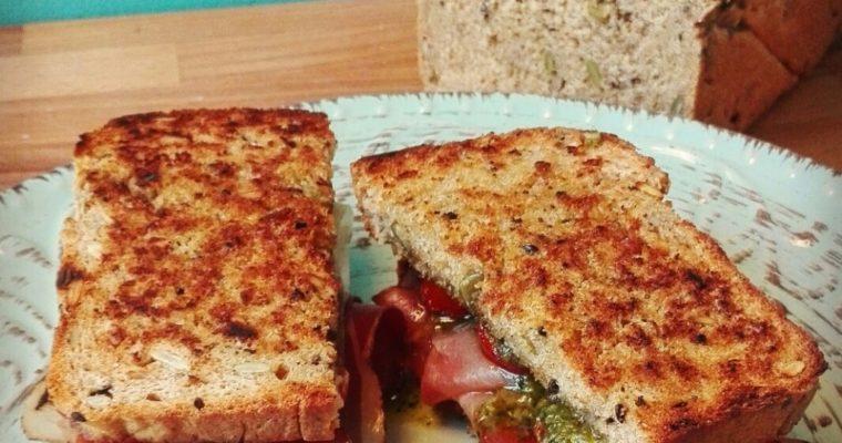 Club sandwich allo speck, pomodorini confit e pesto