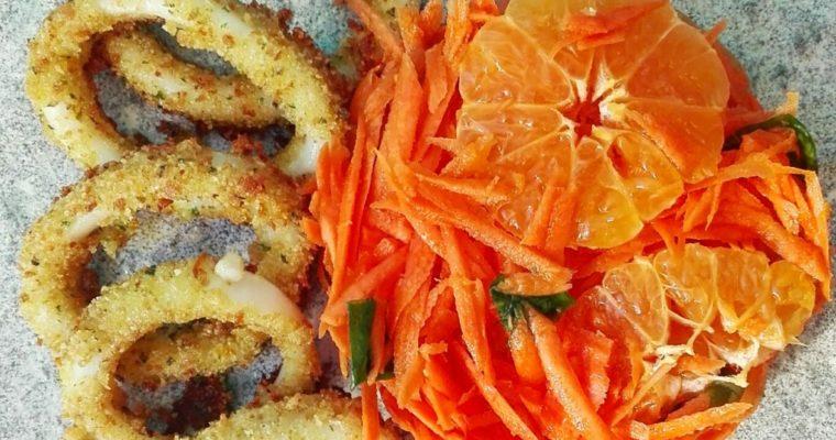 Anelli di calamari panati ai capperi con insalata di carote e clementine