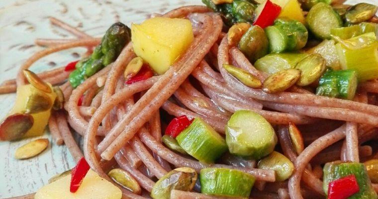 Spaghetti al farro con asparago, mela e semi di zucca