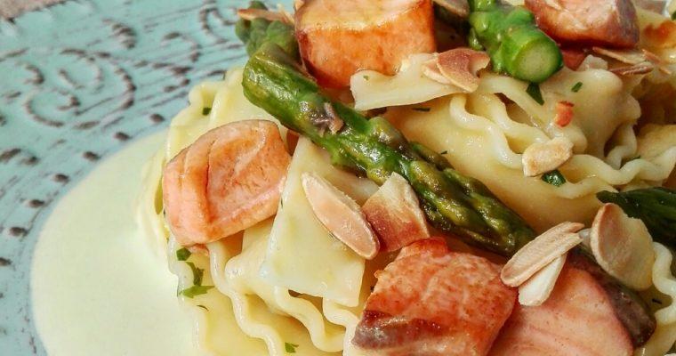 Reginette con asparagi e salmone su crema bufala e mandorle tostate