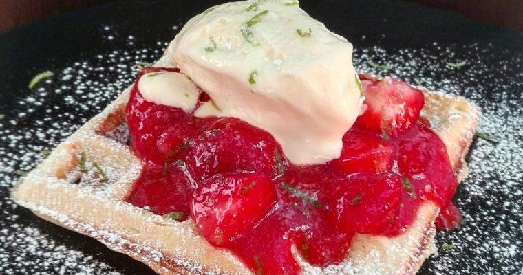 Waffle con fragole e semifreddo al mascarpone