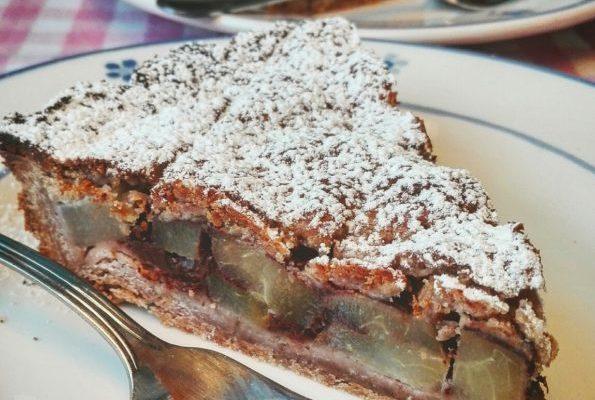 Crostata con farina di castagne e nocciole, pere e cioccolato
