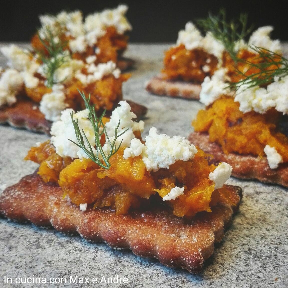 Crackers alla castagne con zucca e feta