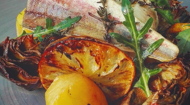 Filetti di triglia con carciofi e patate al forno