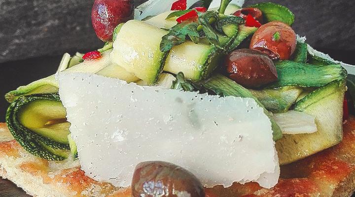 Focaccina ai ceci con insalata di zucchine e parmigiano