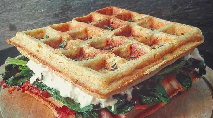 Waffle alla farina di mais con cime di rapa, bacon e burrata