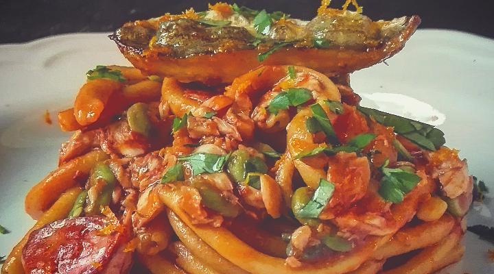 Bucatini con le fave e triglie profumati all'arancia