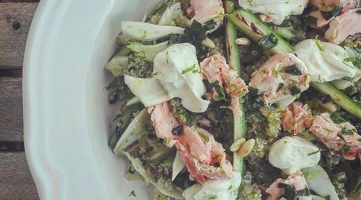 Insalata di quinoa con asparagi, zucchine, finocchi e salmone al lime