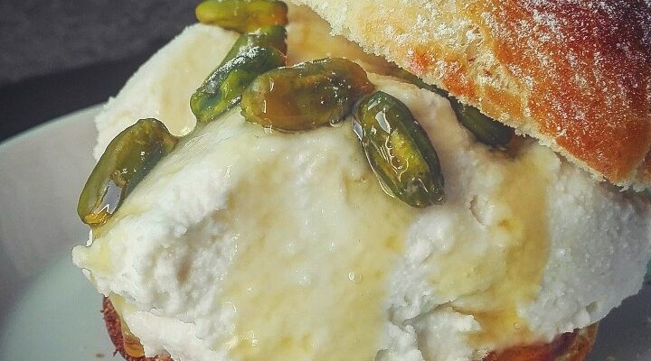 Pan brioche dolce con ricotta, pistacchi e miele