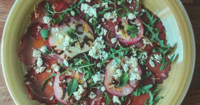 Bresaola con pesche grigliate, feta e limone