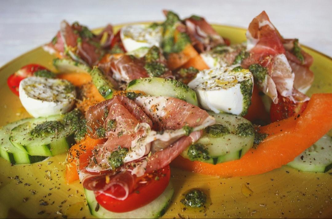 Insalatona di melone, cetriolo e pomodorini con crudo, bufala e pesto alla menta