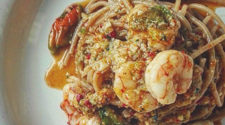 Spaghetti integrali con pesto ai fiori di zucca e gamberi