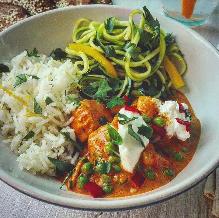 Pollo al curry e latte di cocco con basmati al lime e zucchine
